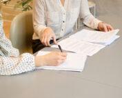 Twee vrouwen tekenen een contract